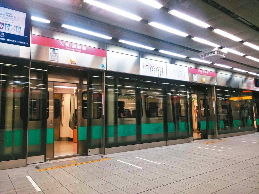 玩到高雄時,因為路途遙遠,改搭火車和捷運。 圖/郎英(台中市)