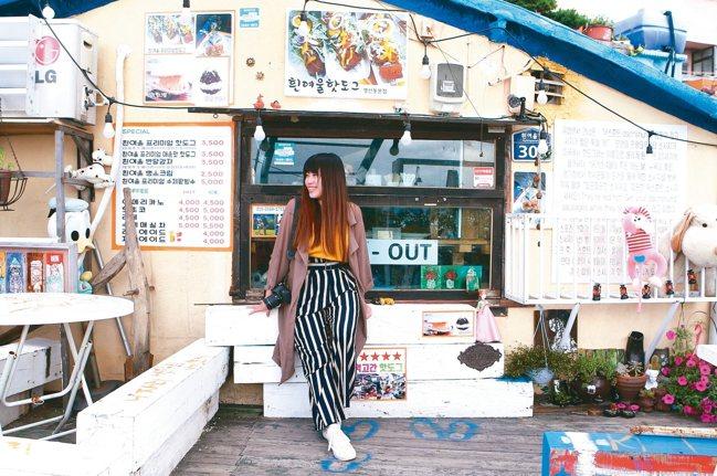 海報、玩偶與各式雜物堆砌而成的咖啡小店,也別有特色。 記者陳睿中/攝影