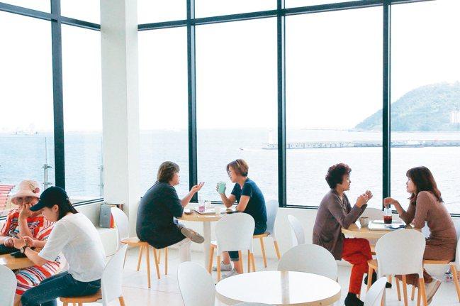 旅客可以一邊啜飲咖啡,同時欣賞釜山港口的景致。 記者陳睿中/攝影