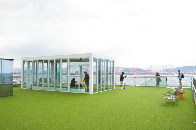 CAFFE B TONIC樓頂開放的空間,更能盡情享受無敵海景。 記者陳睿中/攝...