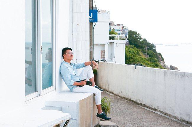全白的牆面與遠處的山海景色,令人有股置身地中海畔的錯覺。 記者陳睿中/攝影