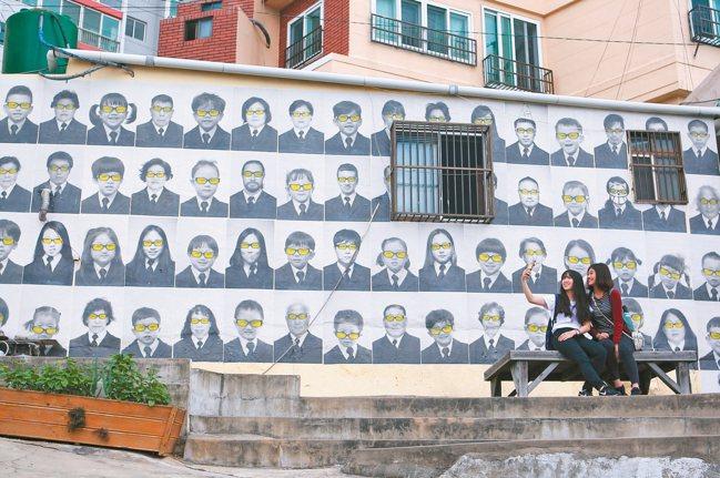 藝術家繪製的彩繪牆面,也成為必拍景點。 記者陳睿中/攝影