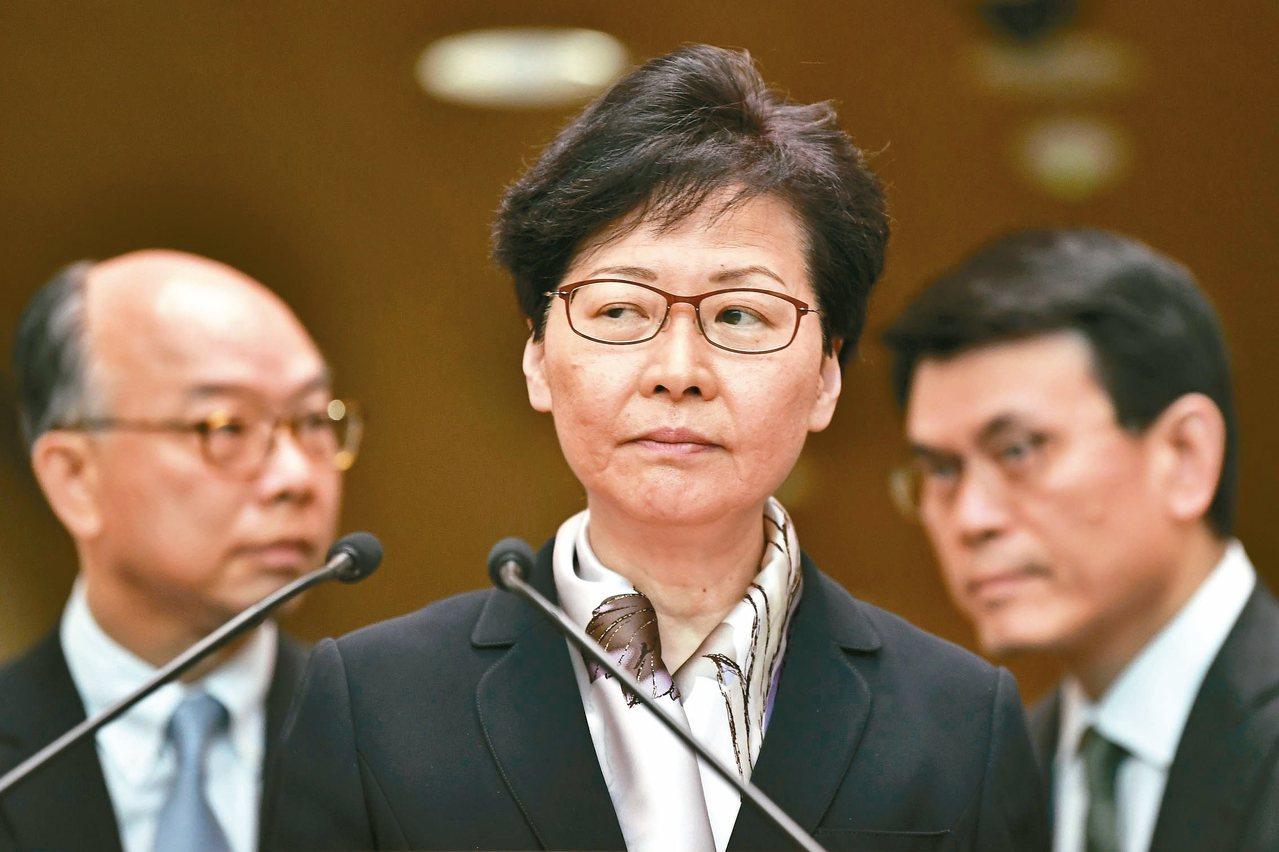 香港特首林鄭月娥(中)五日舉行記者會,譴責極端暴力行為正將香港推向十分危險景況。...