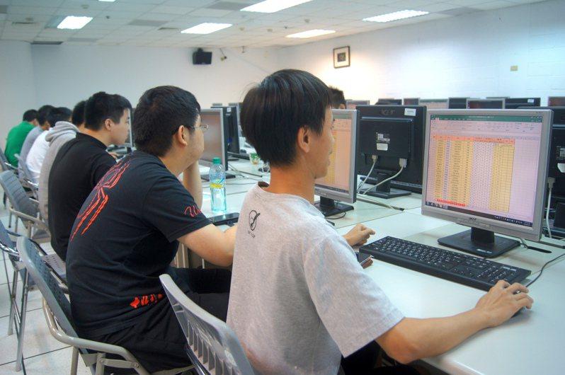 為提升人文社會領域學生競爭力,許多大學開設AI相關學程,圖為元智大學中文系學生上程式設計課。 記者張錦弘/攝影