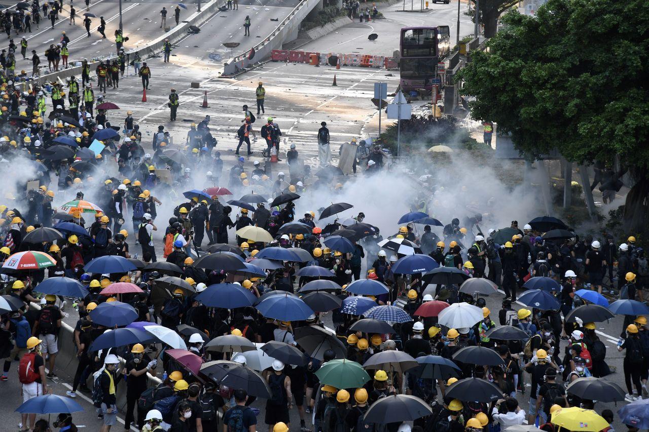 香港昨(5日)展開罷工、罷課與罷市「三罷」,港警表示,與抗議群眾街頭對峙時共逮捕...
