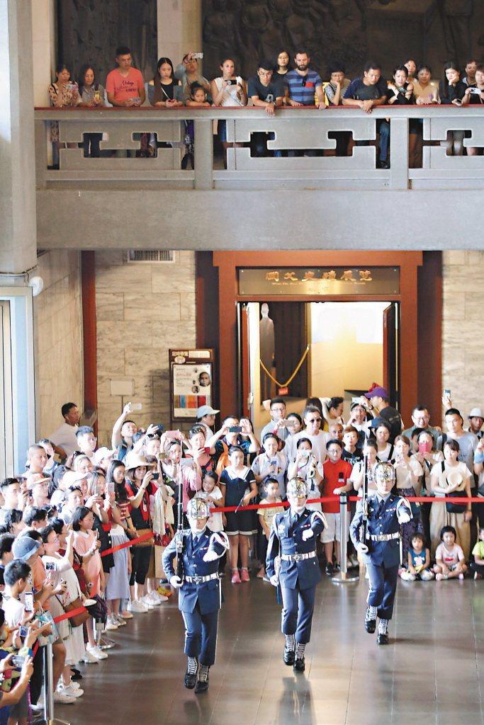 大陸日前宣布暫停陸客來台自由行,行政院周三將召開跨部會議討論是否開放越南與印尼來台遊客免簽或鬆綁簽證。 記者林伯東/攝影