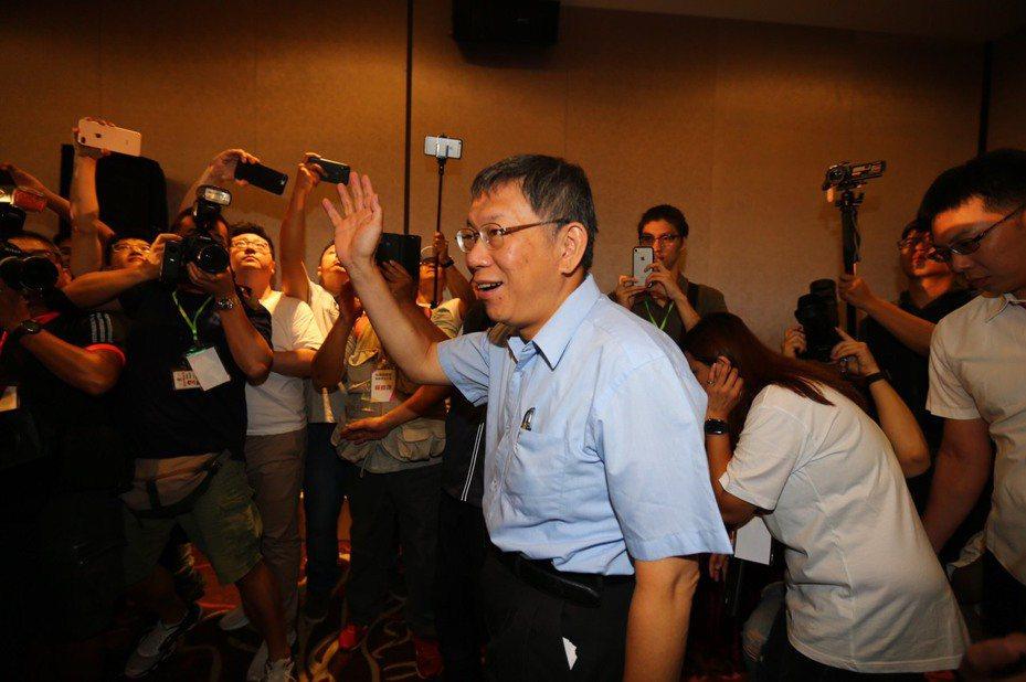 台北市長柯文哲籌組台灣民眾黨,柯文哲以63票,確定擔任台灣民眾黨首屆黨主席。記者陳柏亨/攝影