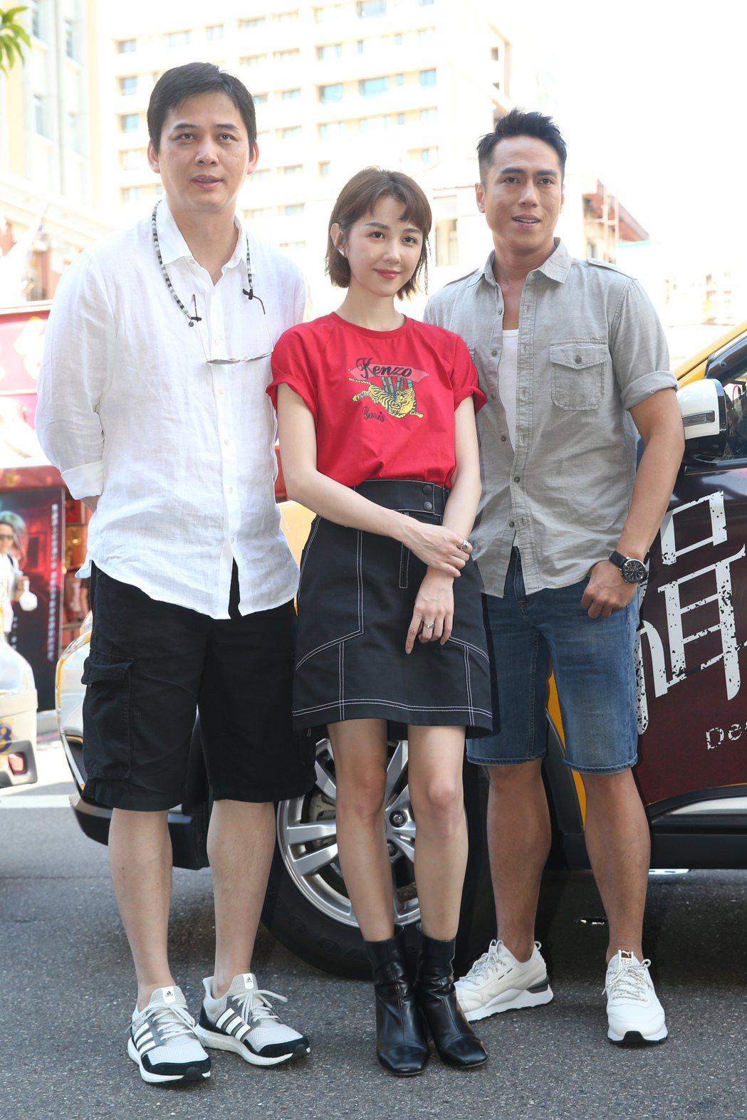 導演盧豐淵(左)與演員莊凱勛(右)、邵雨薇(中)出席電影《緝魔》專車祈福活動,三...