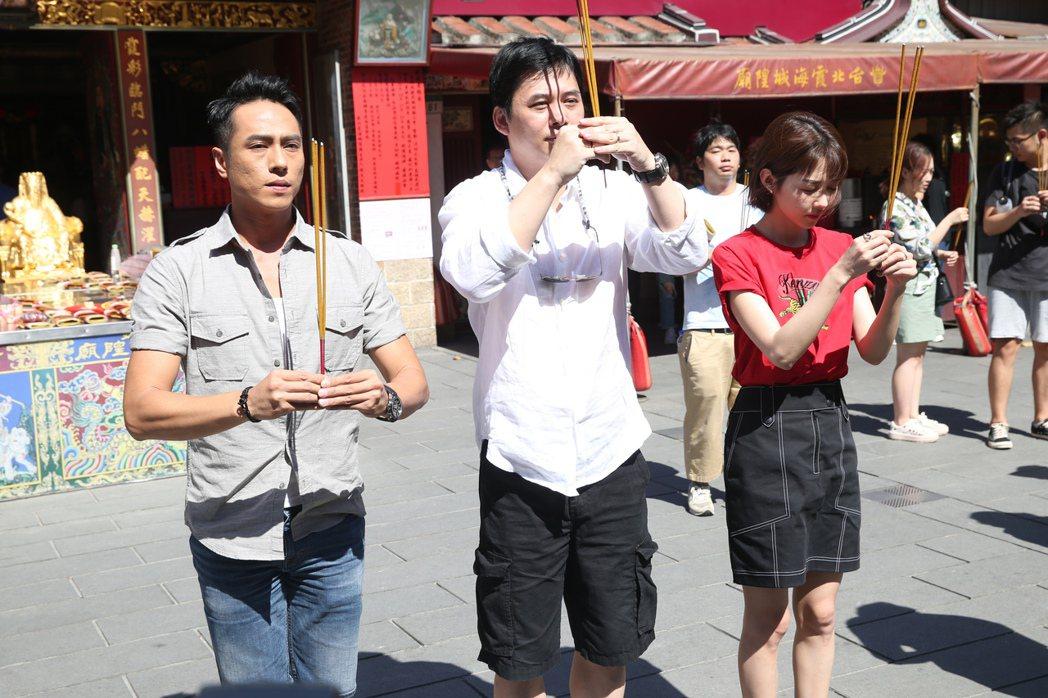 導演盧豐淵(中)與演員莊凱勛(左)、邵雨薇(右)出席電影《緝魔》專車祈福活動,三...
