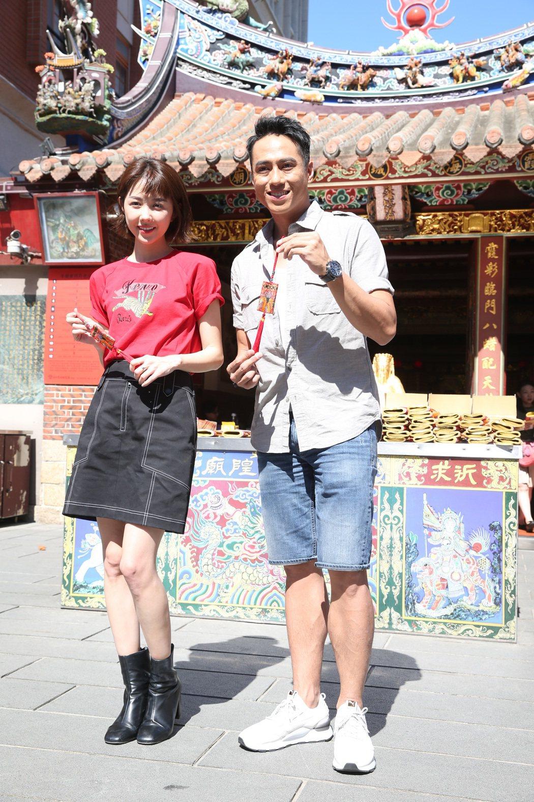 導演盧豐淵與演員莊凱勛(右)、邵雨薇(左)出席電影《緝魔》專車祈福活動,三人在霞...