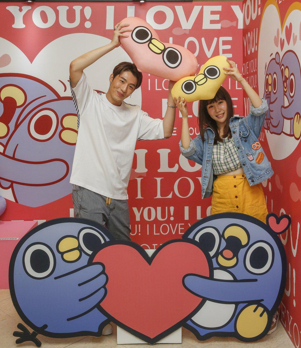黃昺翔(左)與魏妙如(右)下午一起前去看「懶得鳥你」展覽。記者鄭超文/攝影