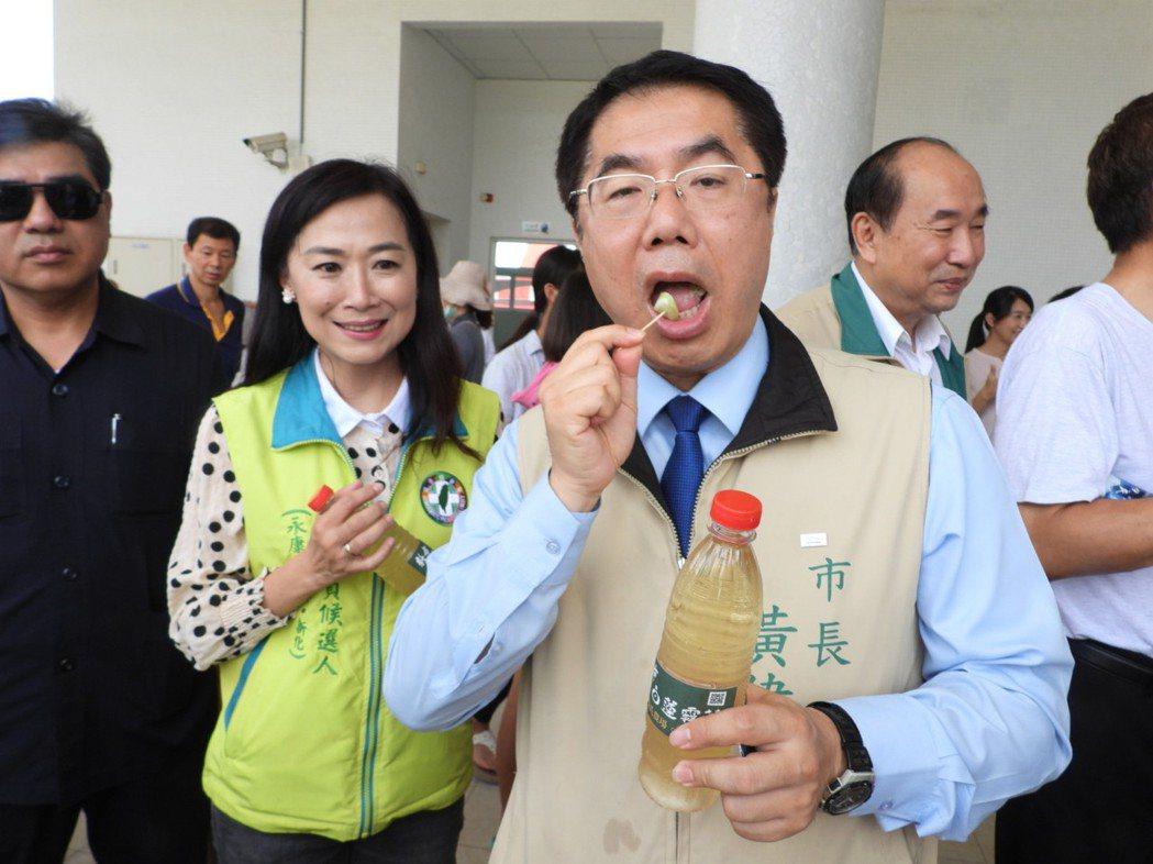 柯文哲組台灣民眾黨,台南市黃偉哲(右)酸他未來垃圾是不是會增加一個顏色,「垃圾不...