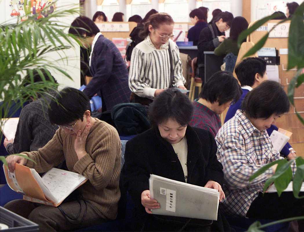 目前15至64歲的日本女性近七成有工作,她們渴望經濟獨立,圖為在職業介紹所閱讀資...