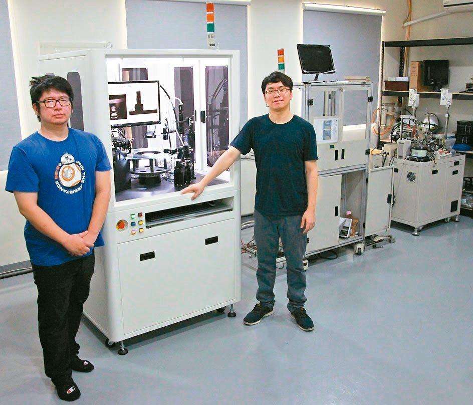 鼎宸科技總經理戴嘉輝(右)展示近期發表具有曲面物件表面瑕疵全檢功能的光學篩選機。...