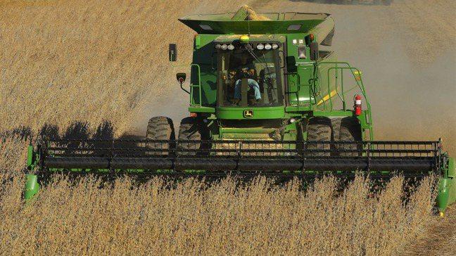中國大陸傳出決定要國有企業停止進口美國農產品,是打在川普的七寸上。圖為美國農民正...