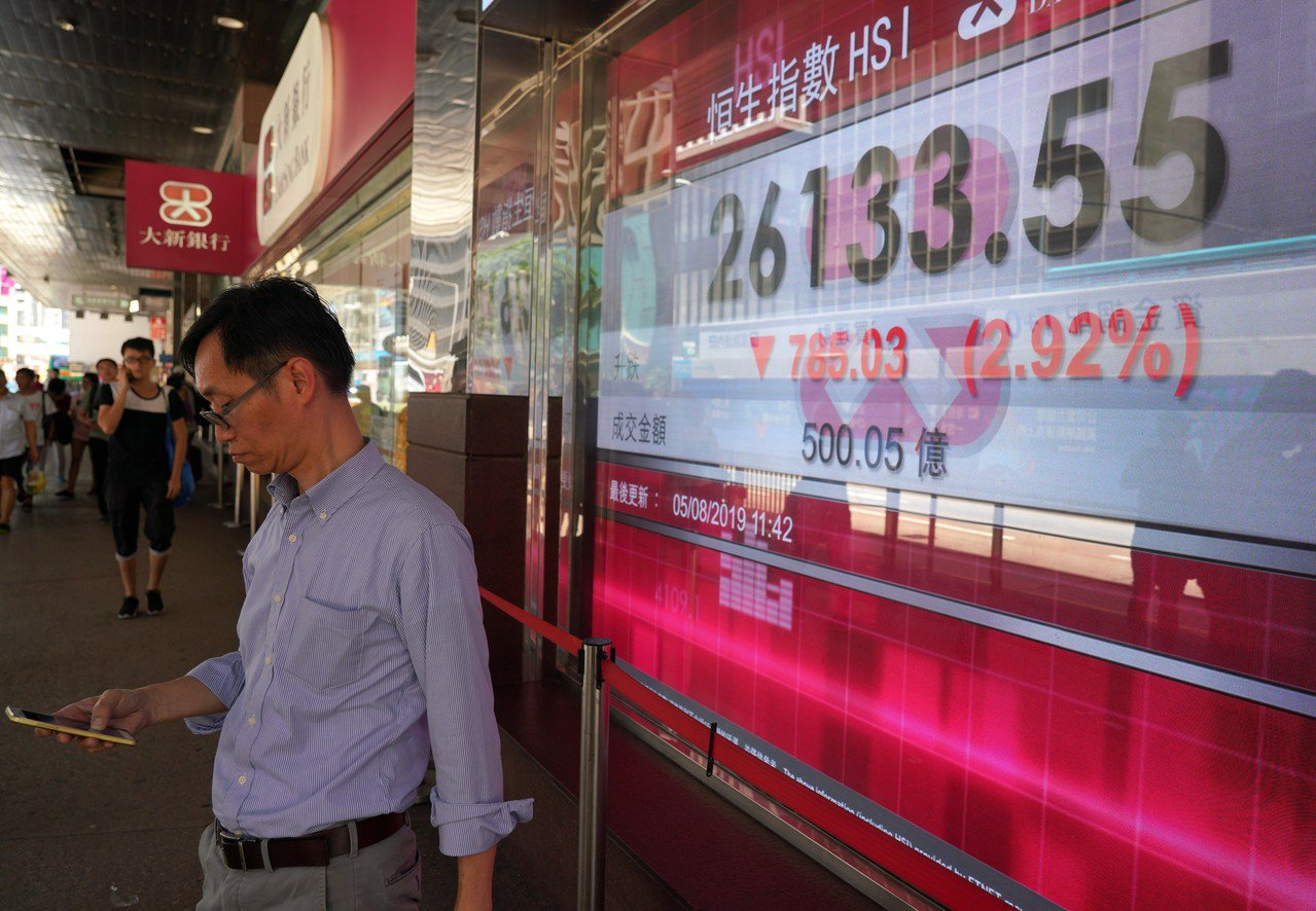 三罷運動嚴重衝擊香港運作,港股狂瀉,亞洲金融中心地位鬆動。 香港中國通訊社