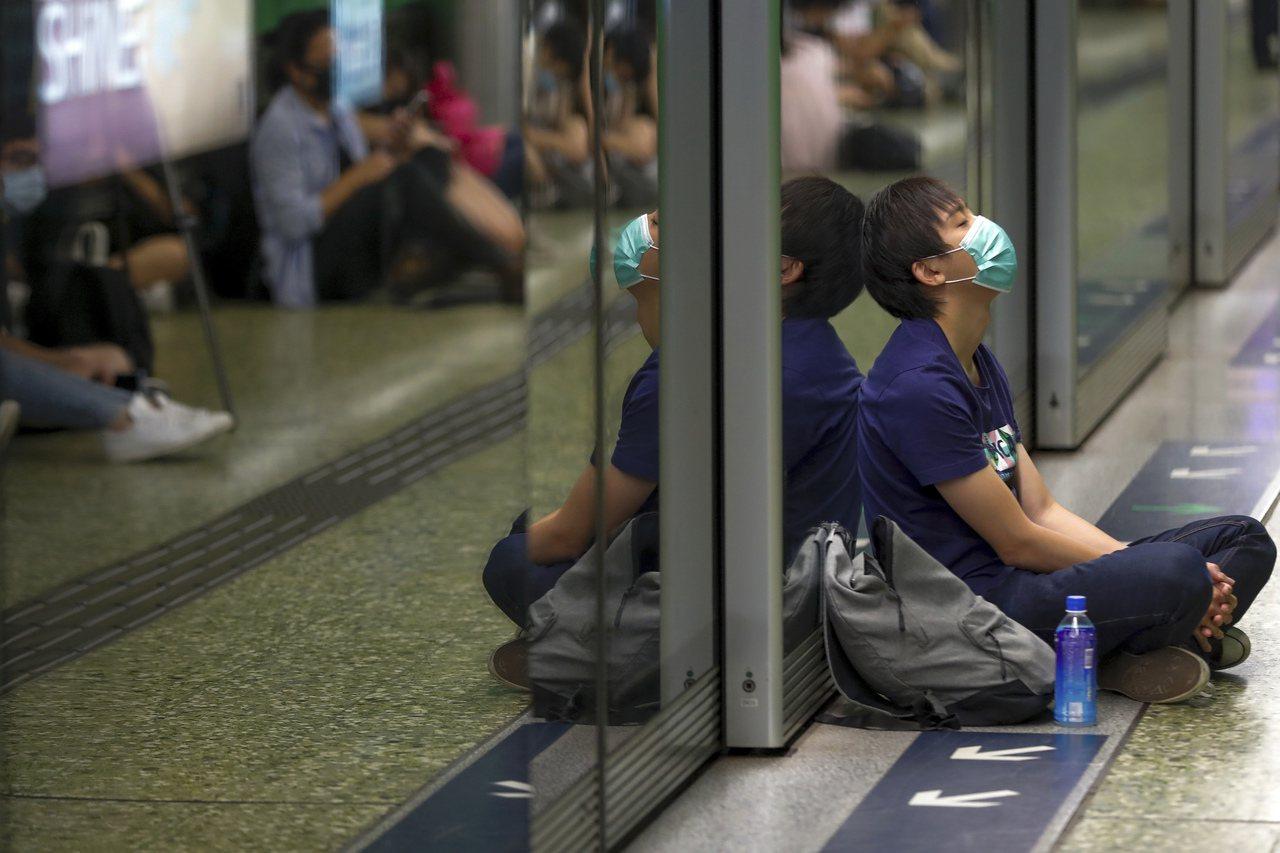 三罷運動嚴重衝擊香港運作,港股狂瀉,亞洲金融中心地位鬆動。 美聯社