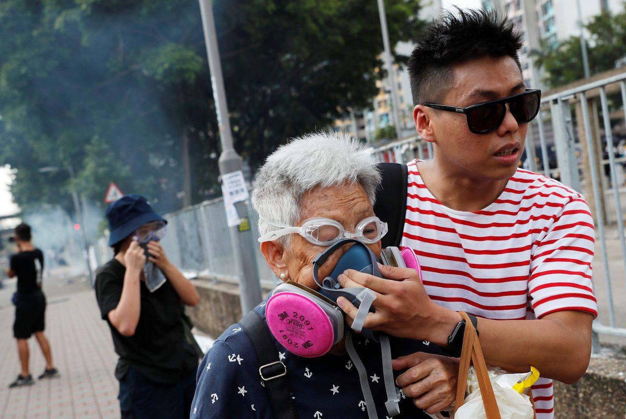 外界質疑警方屢在民居發射催淚彈不恰當,警方說是「逼不得已」。 路透社