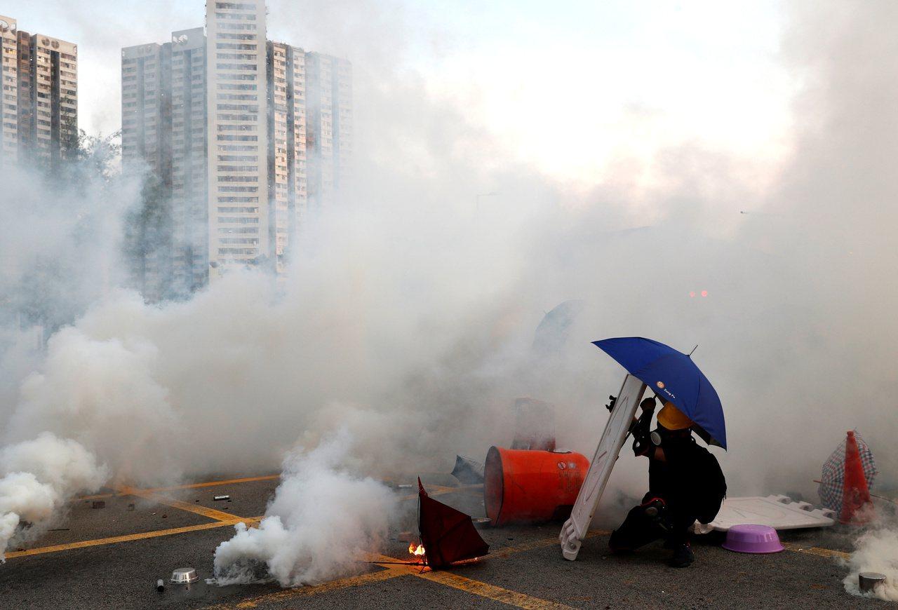 7區集會蔓延14區…港警:近兩月放1000催淚彈 拘420人 路透社