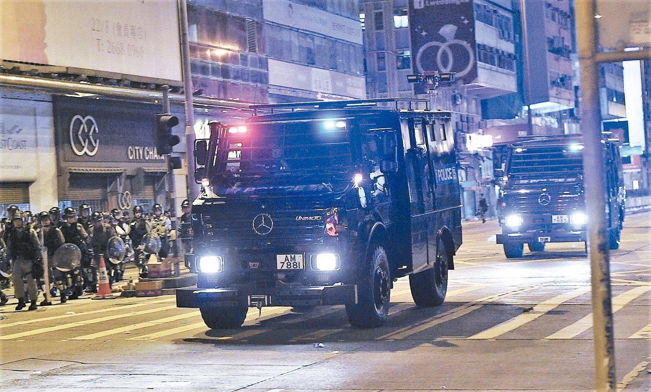 港警昨夜首度出動裝甲車「銳武」,強化驅散示威者能量。 取自星島網