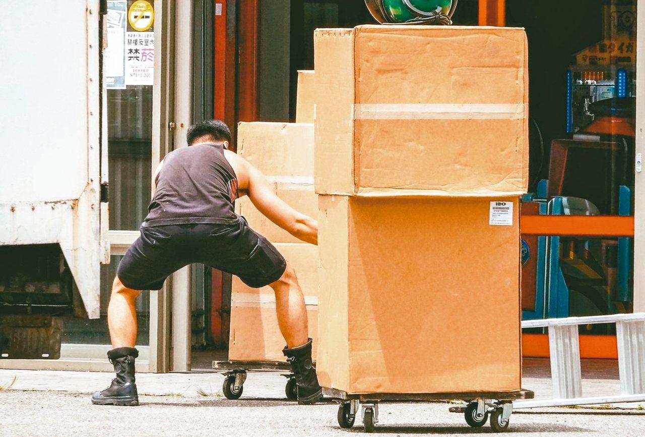 景氣走緩波及勞動市場,主計總處今天指出,截至6月,製造業加班工時已連9月負成長,...