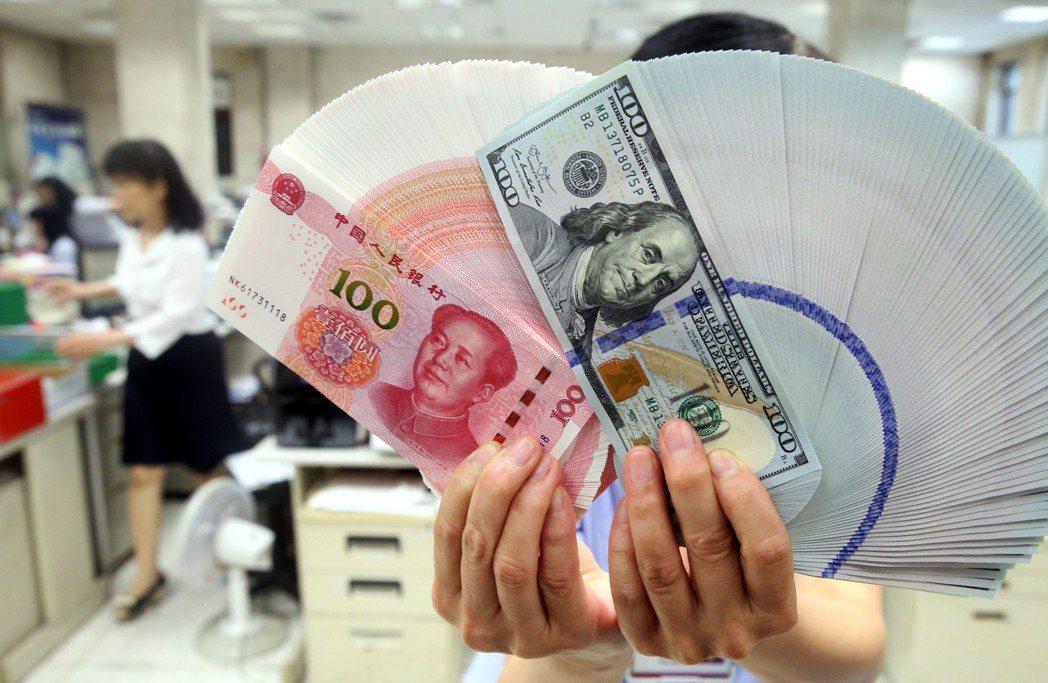 人民看貶,手中有人民幣的人該怎麼做,理財專家教撇步。 記者林俊良/攝影