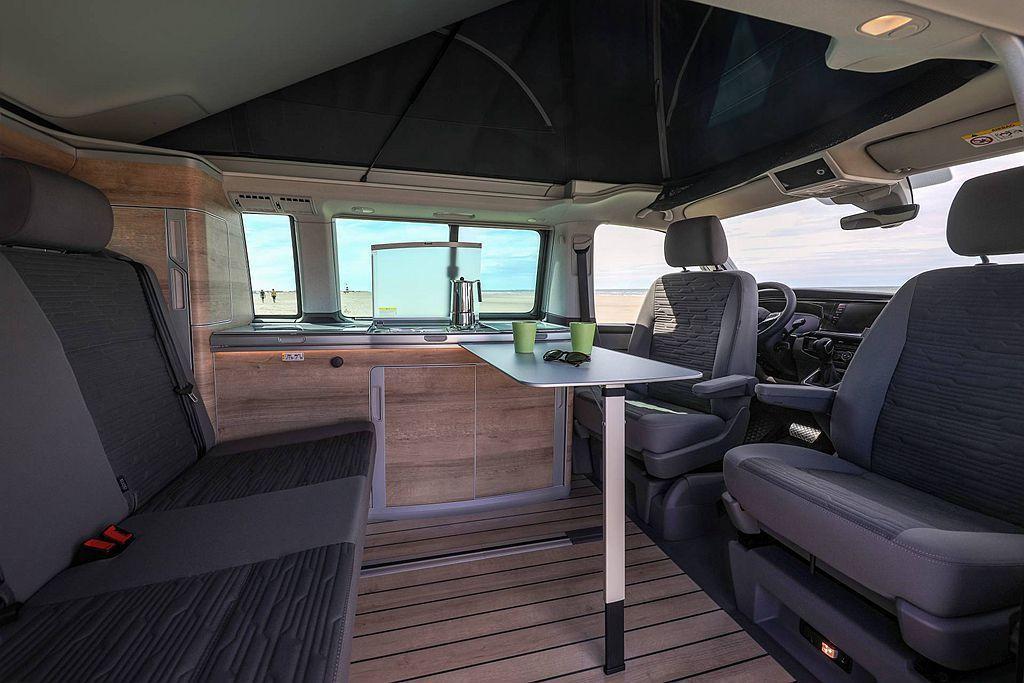 車內生活區的飾板,小改款後提供更豪華度的Bright Oak木紋或顏色較深的Gr...