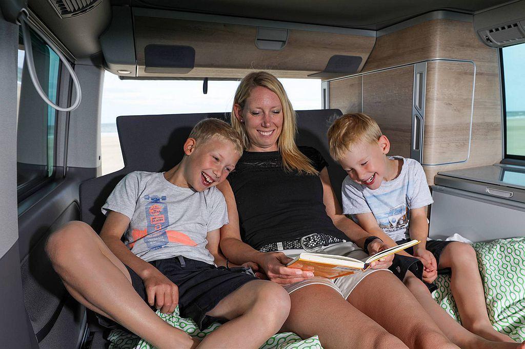 小改款福斯商旅California 6.1的床比以往更舒適,後排座椅也能靈活調整...
