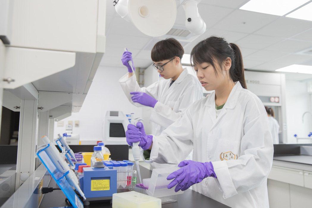 嘉藥擁有全國唯一分析檢測人才培育基地,深化連結產官學界。 嘉藥/提供