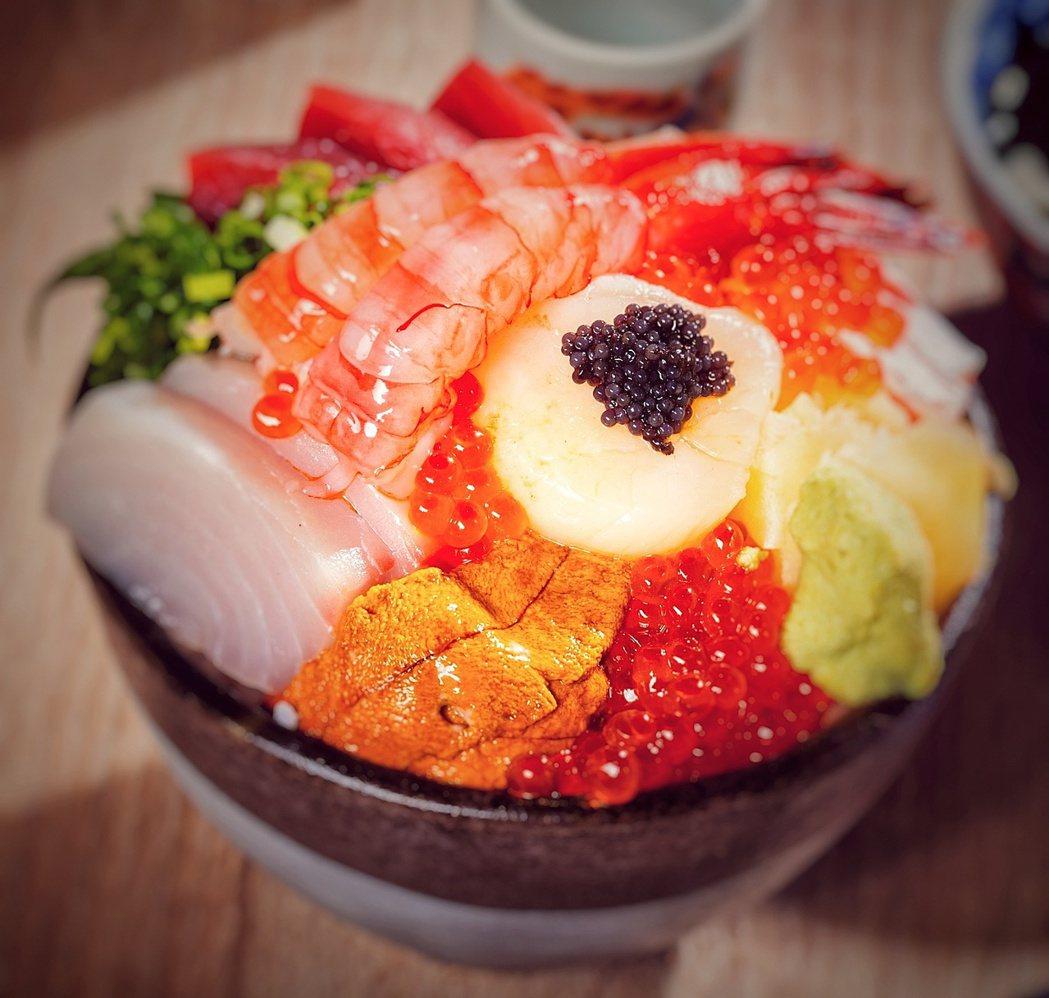 無敵澎湃海鮮盛合丼(680元) 。歐買尬日式海鮮串燒/提供