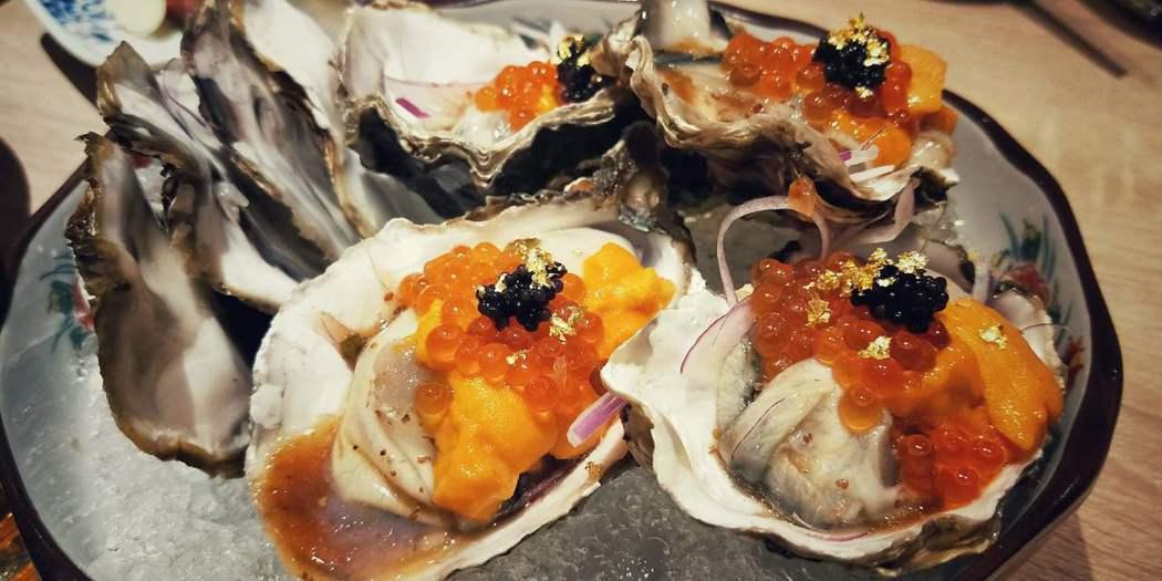 黃金海膽鮭魚卵生蠔佐魚子醬(1品300元) 。歐買尬日式海鮮串燒/提供