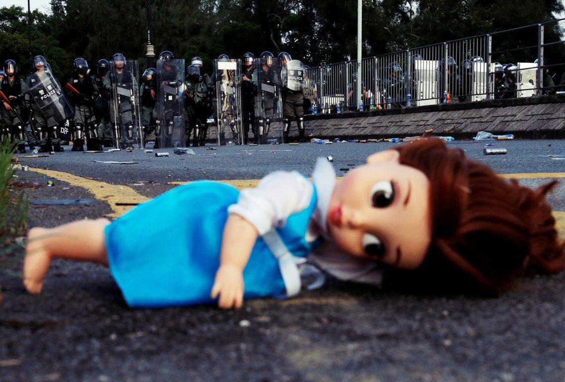8月5日,香港新界的荃灣街區,晚間突然跑出大批身穿「I ❤ 香港」 藍衣人士手持...