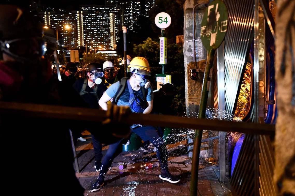 這批被稱為「武勇派」的示威者主張,與其讓鎮暴警察好整以暇的布置清場行動,不如主動...