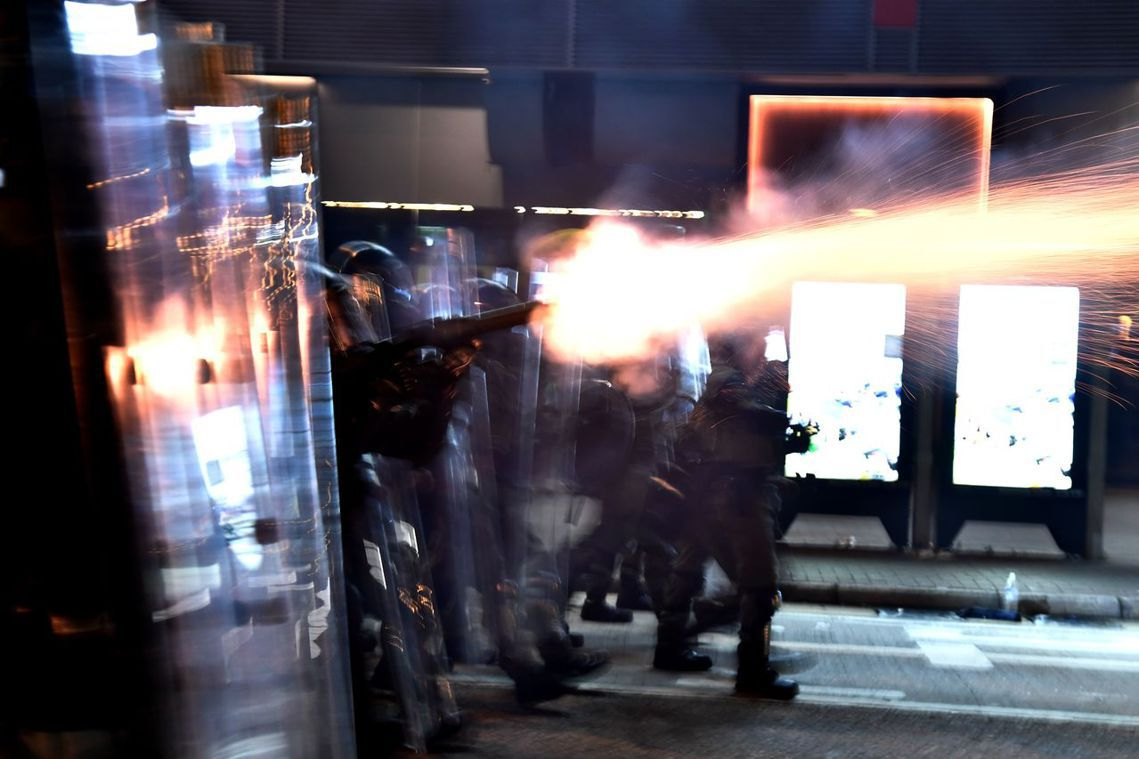 包圍警署的群眾,一開始是以快閃行動為主張,但被激怒的港警部隊卻也同步失控。 圖/...