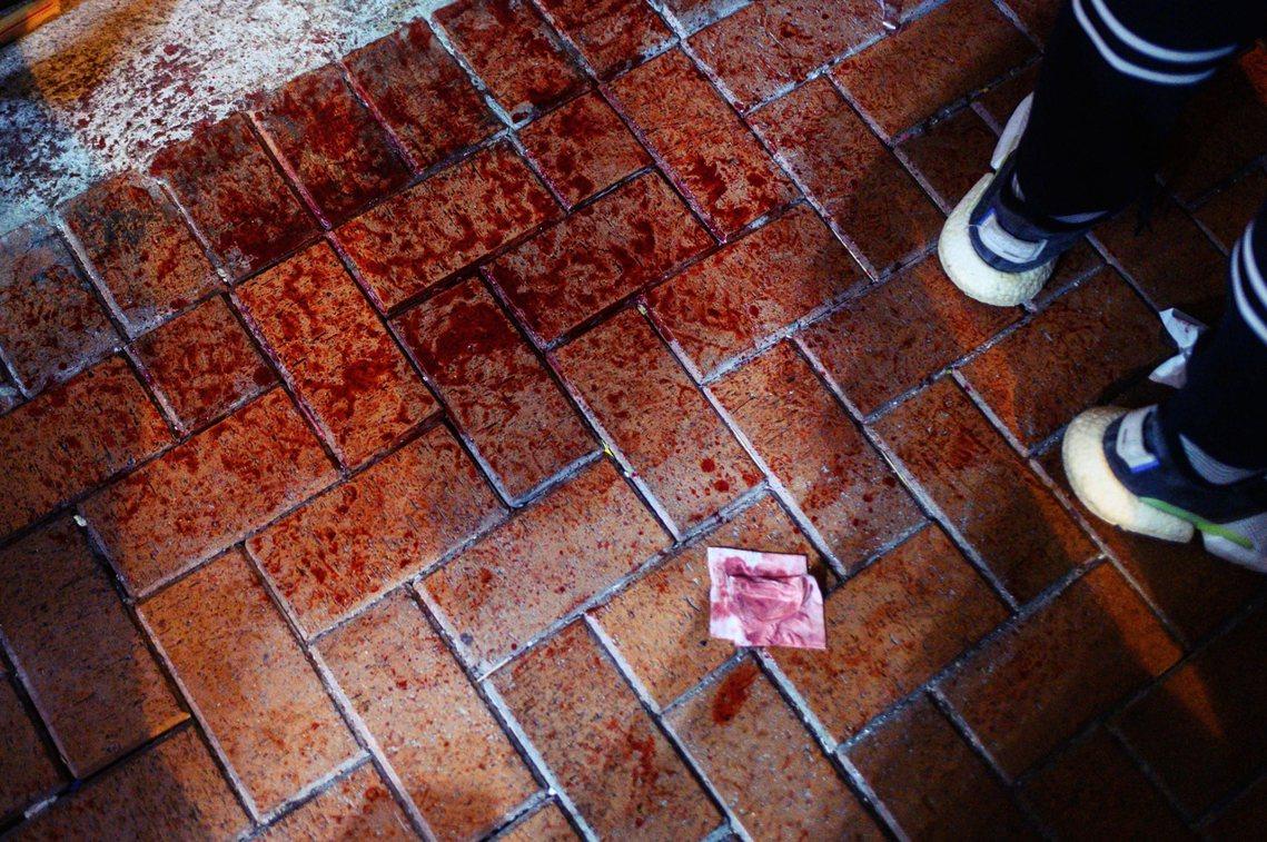 根據目擊者與《香港01》的記者證詞,現場至少一名黑衣示威者被殺成重傷,「其四肢多...