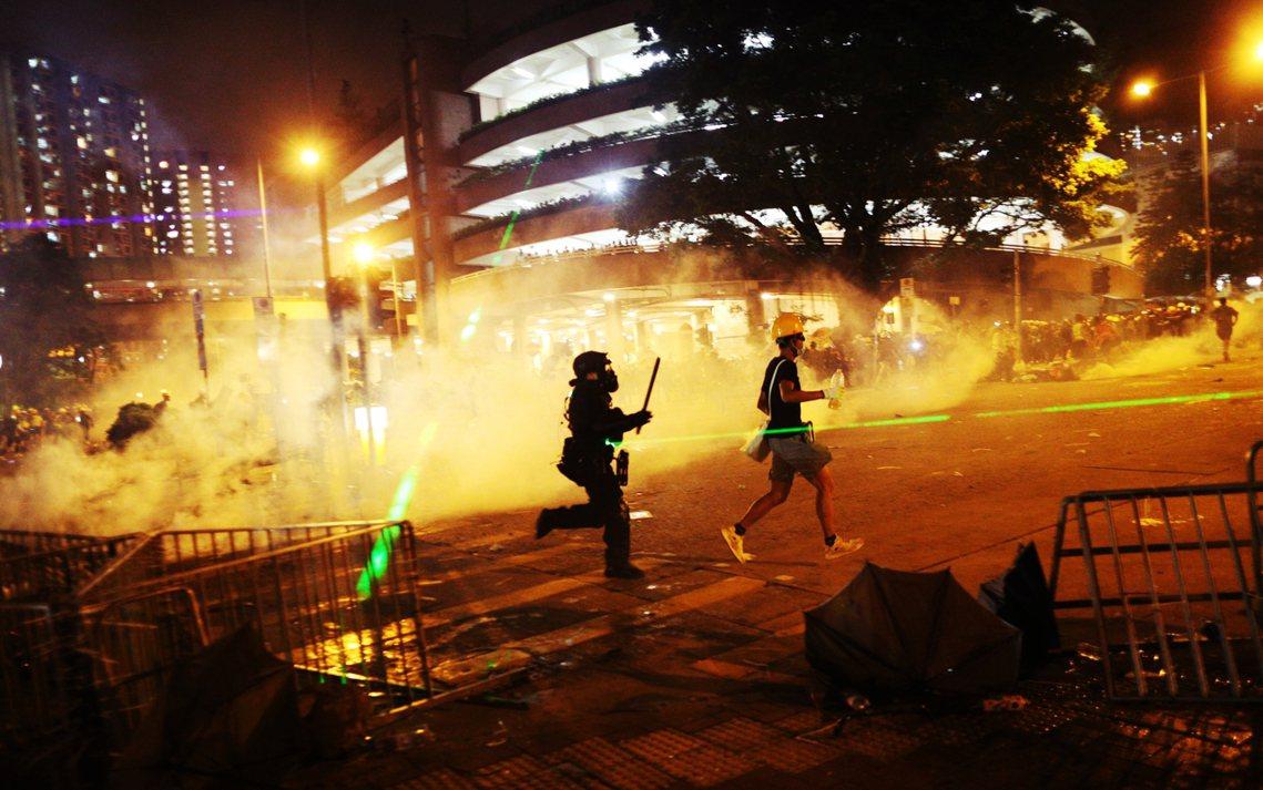 8月5日的街頭衝突,在入夜之後也轉向九龍與新界一帶。殘餘的示威群眾也在旺角街頭,...