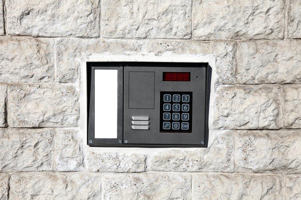 這名網友在網路上分享自己到顧客新屋安裝冷氣時,卻聽見答錄機傳來女生聲音,但打開門