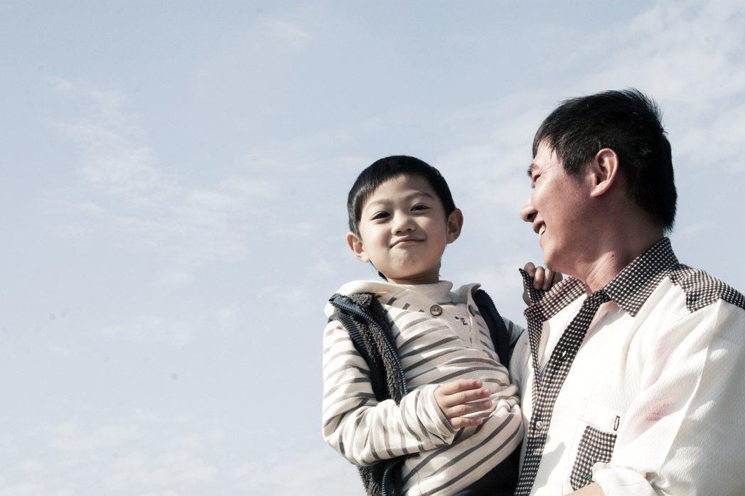 《我的爸爸是流氓》劇中的父親內心藏著對孩子無比柔軟的愛。 圖/公視提供