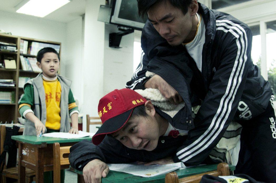 想為兒子出頭,但卻被老師打趴,兩光卻故作霸氣的父親。 圖/公視提供
