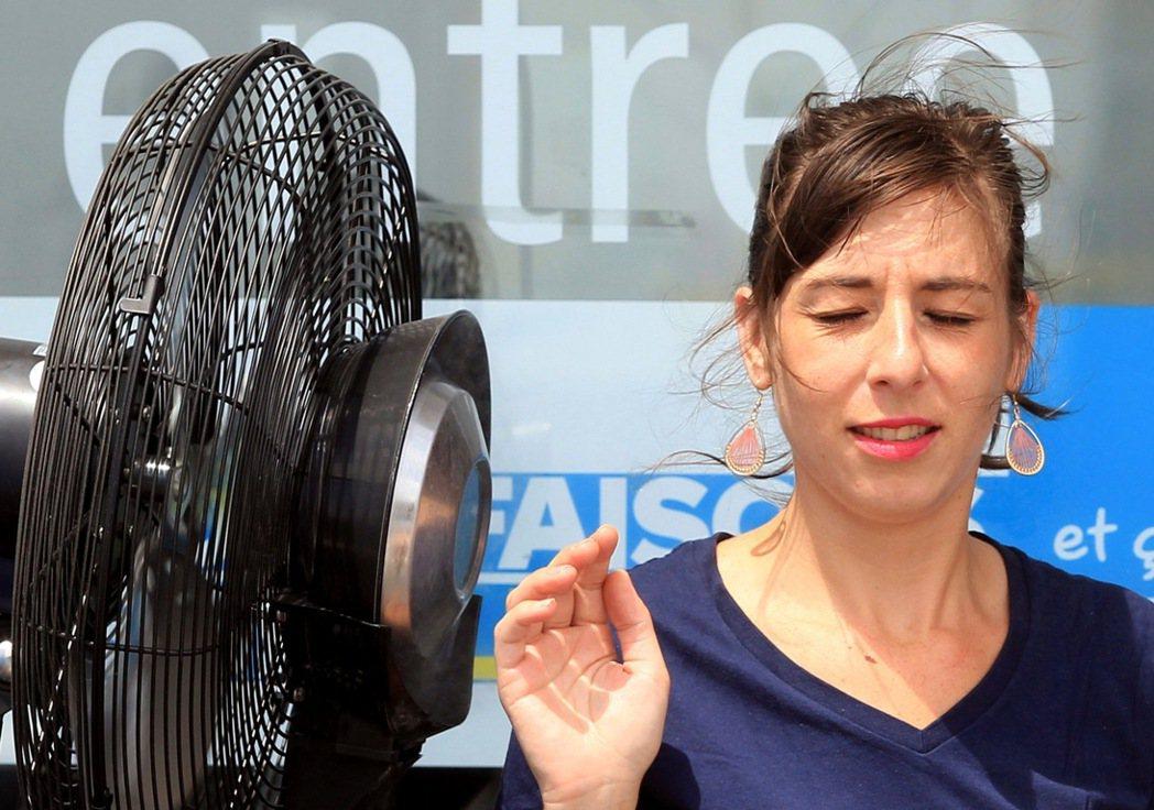 巴黎在2年前的暑假也遇到熱浪,電風扇賣到大缺貨,今年顯然廠商們有備而來,結帳的客...