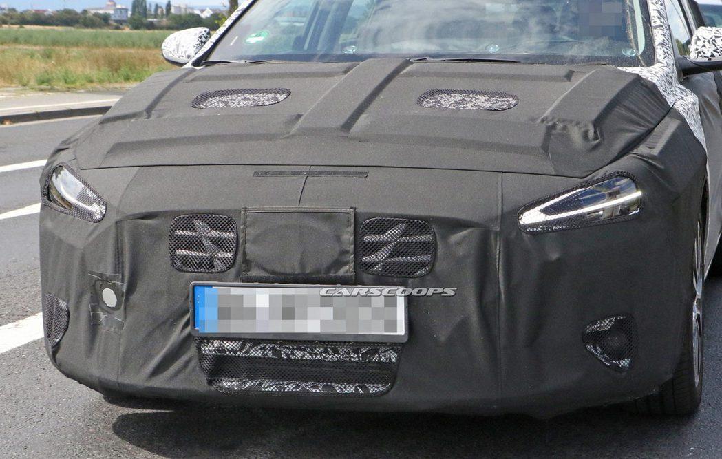 刻意遮住的車頭Hyundai廠徽,讓許多外媒猜測小改款i30將會導入Plug-i...