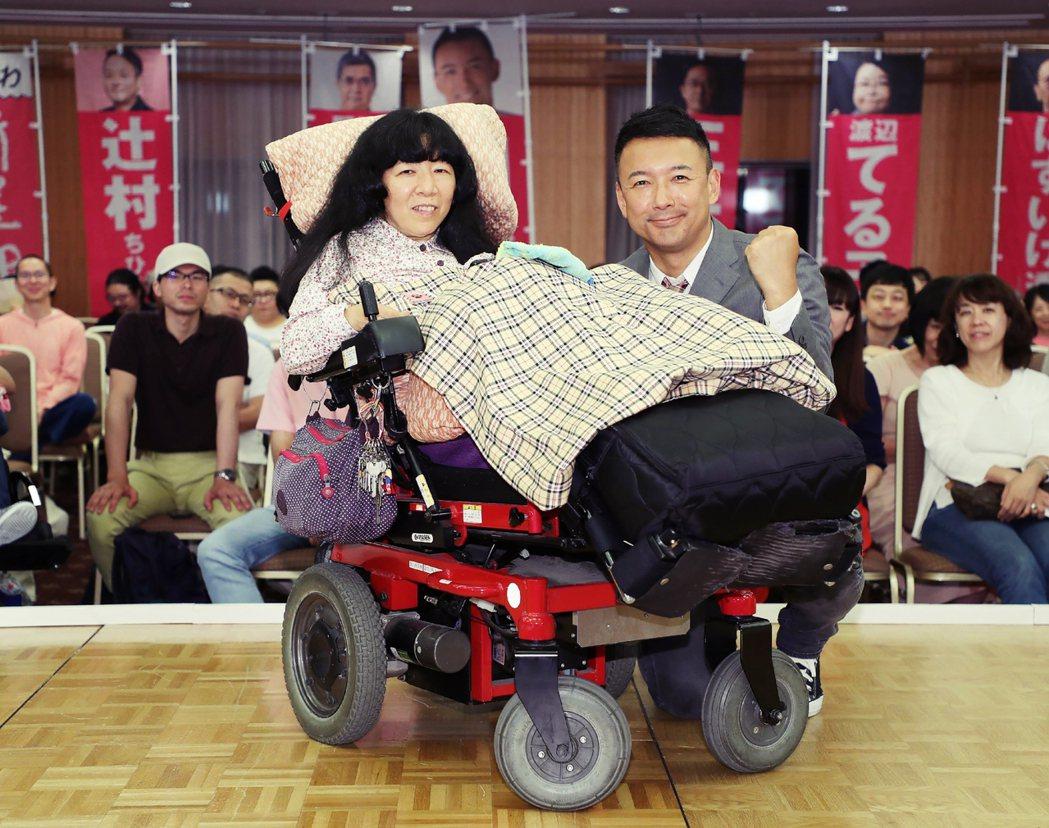 木村英子(左)在出生沒多久,就因發生事故,導致頸椎受傷而成為重度身障。但她同樣沒...