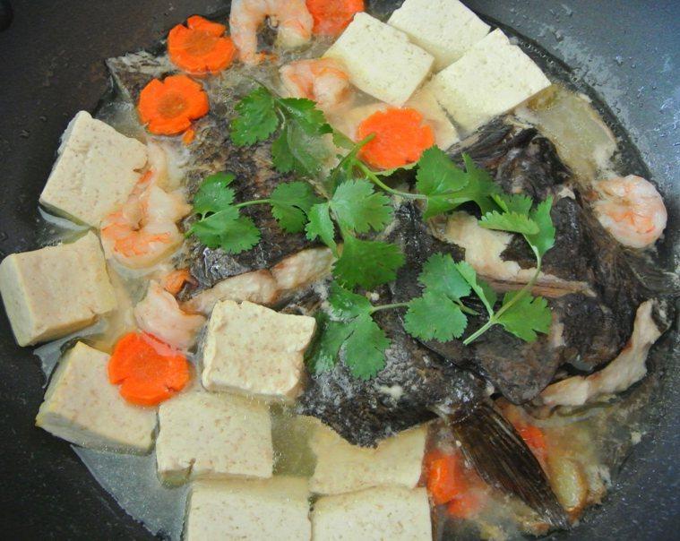魚頭豆腐湯。(翠軒攝影)