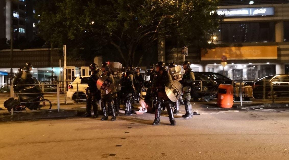 警方前晚凌晨在天水圍制服一名穿長裙的女示威者,期間女示威者下身走光,有市民質疑警...
