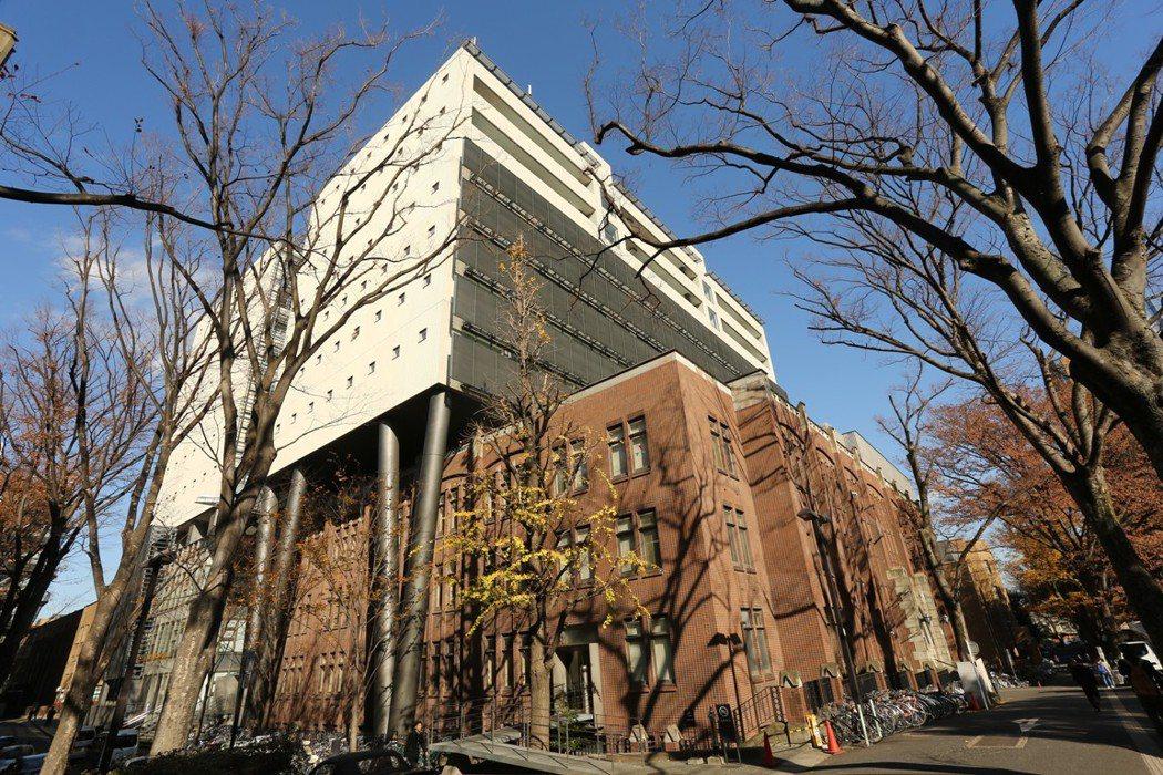 日本年輕人,若從地方前往東京都念大學的學生,畢業後會傾向在東京都就業,而若在地方...