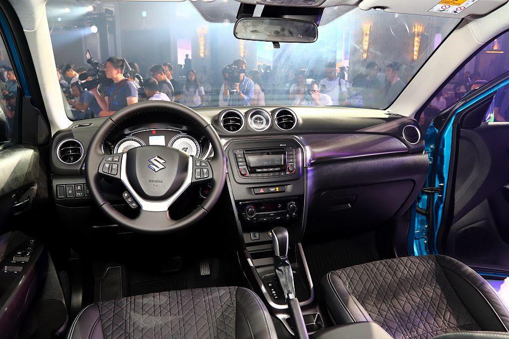 小改款Suzuki Vitara車艙以黑色為主要基調,再施以銀色飾板點綴與改用軟...