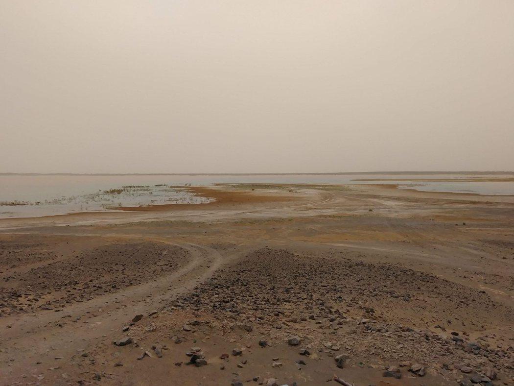 這不是海市蜃樓,這是真正的湖 Lac Dayet Srij。