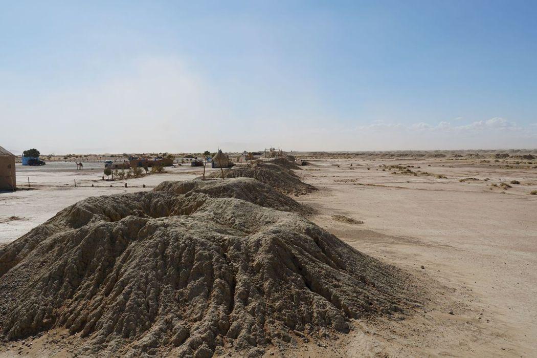 沙漠特有的奇觀,一個一個的洞穴是儲存地下水,洞穴裡有通道連接。
