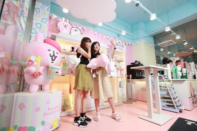 統一超商與「卡娜赫拉的小動物」圖樣合作的聯名複合店,吸引不少新粉絲朝聖,推升台灣...