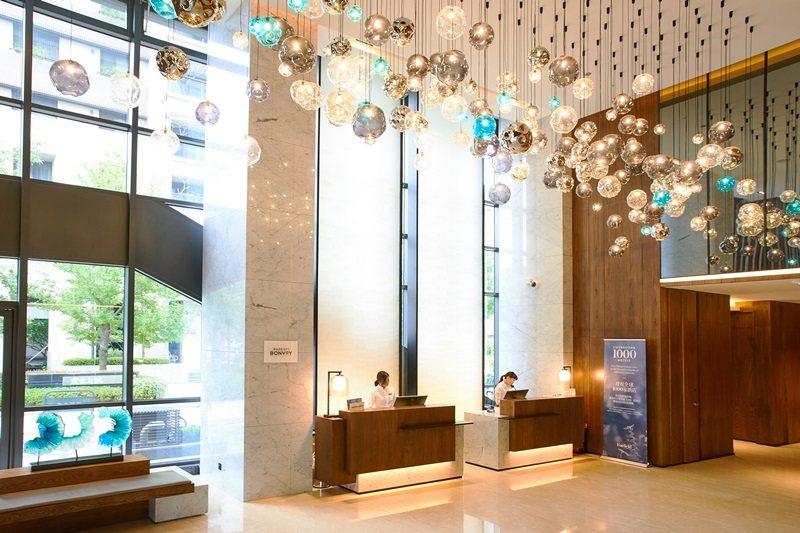 大廳大面採光,多彩吊燈增加視野的律動感。